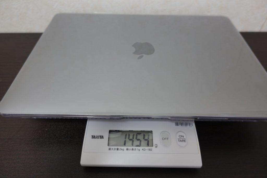 MacBook Airにケースをつけて重さを測る